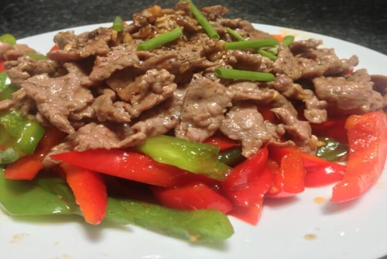 Món thịt bò xào hành tây và ớt chuông